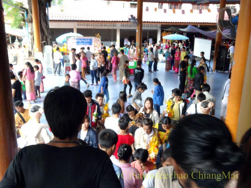 チェンマイのワットパーパオのアーサーラハブーチャー(三宝節)の本堂入口