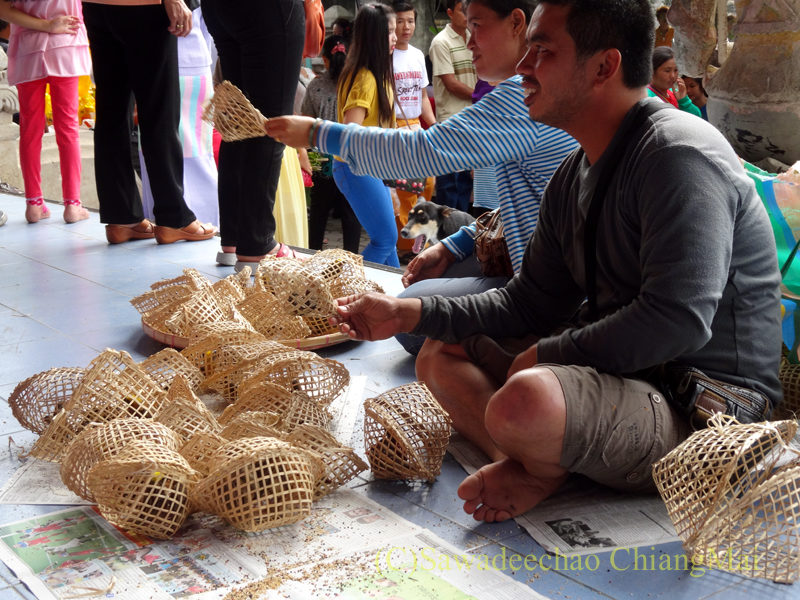 チェンマイのワットパーパオのアーサーラハブーチャー(三宝節)の放生用の小鳥売り
