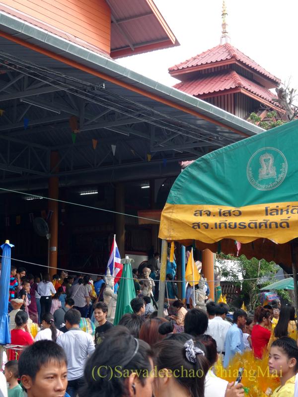 タイのチェンマイでのアーサーラハブーチャー(三宝節)のワットパーパオの人々