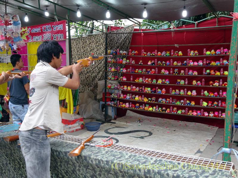 チェンマイのワットパーパオのアーサーラハブーチャー(三宝節)の射的屋