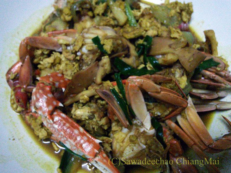 チェンマイで近所のおばさんにごちそうになったカニのカレー粉炒め