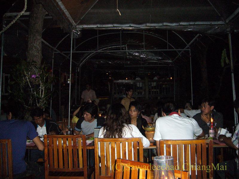 チェンマイの夜景が一望のレストラン、パラードタワンローンのテーブル席