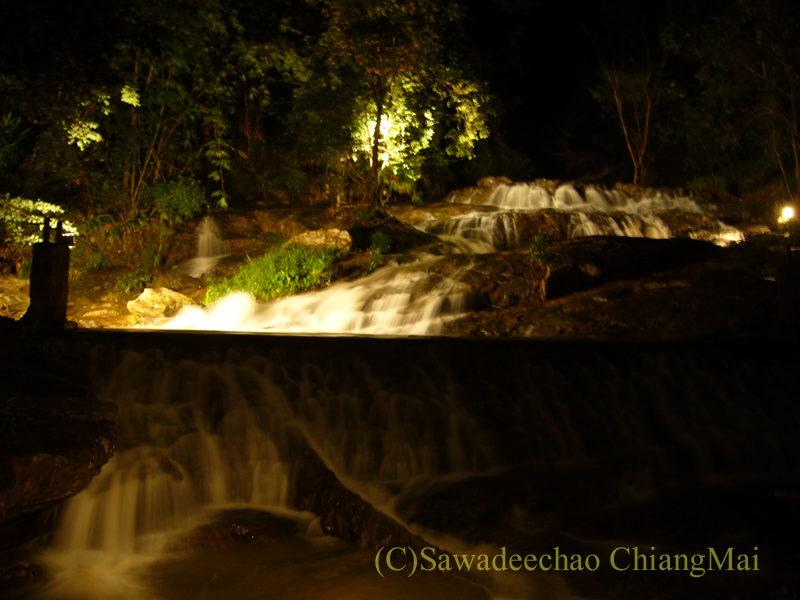 チェンマイの夜景が一望のレストラン、パラードタワンローンの滝