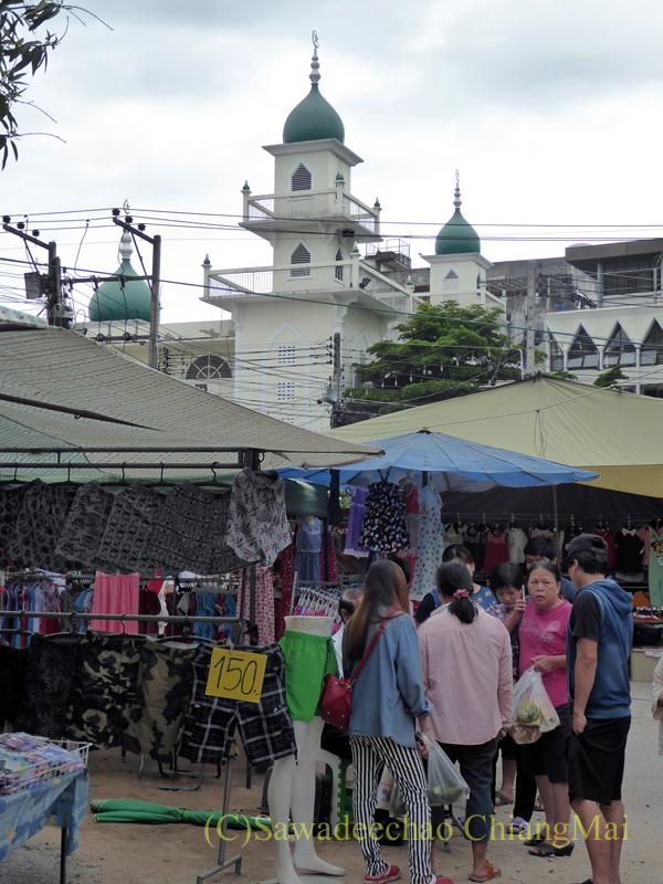 チェンマイのチンホー(隊商雲南人)金曜朝市から見えるモスク