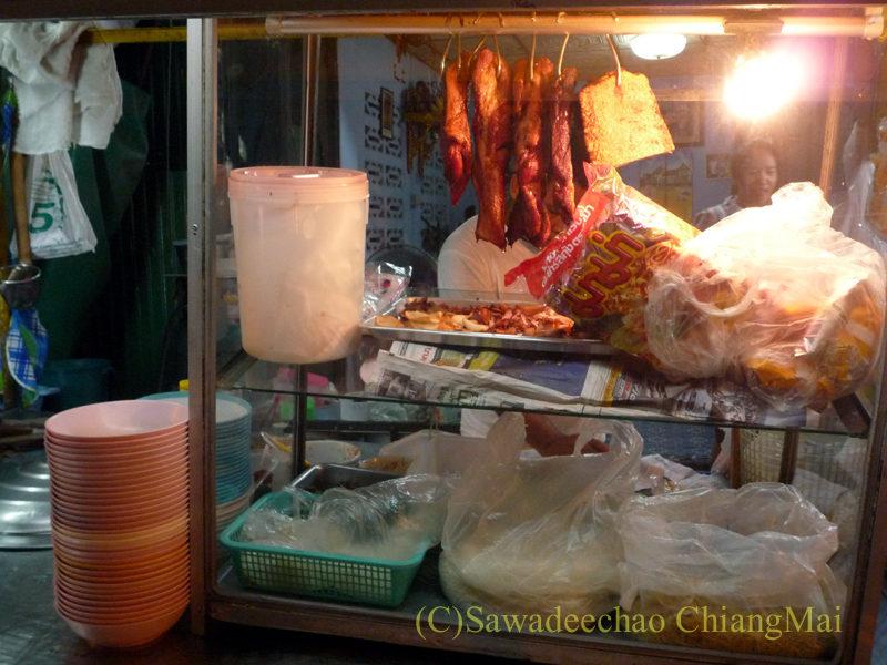 チェンマイの通称「ジミー大西の店」のクエティオ(麺)店のショーケース