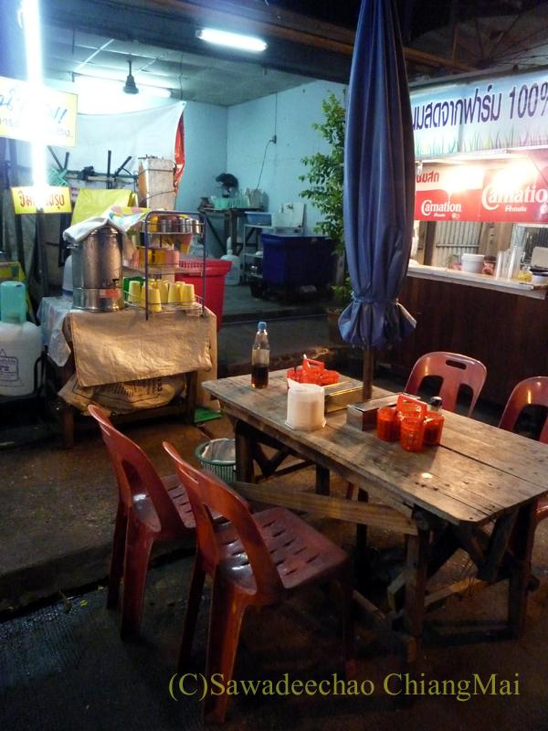チェンマイの通称「ジミー大西の店」のクエティオ(麺)店のテーブル