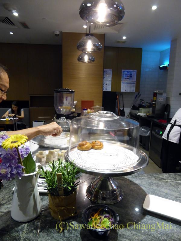 クアラルンプール国際空港KLIA2のプラザプレミアムラウンジの食べ物コーナー