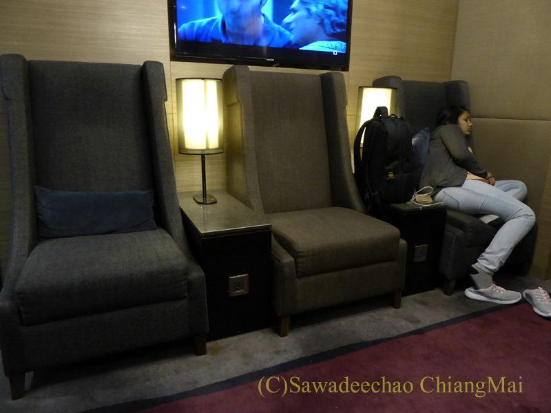 クアラルンプール国際空港KLIA2のプラザプレミアムラウンジのソファ