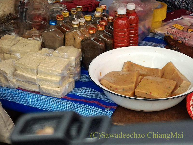 チェンマイのチンホー(隊商雲南人)金曜朝市の豆腐とこんにゃく売り