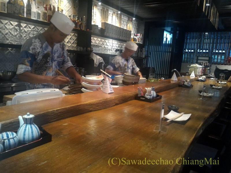 タイのバンコクにある海鮮居酒屋ハマ壱のカウンター