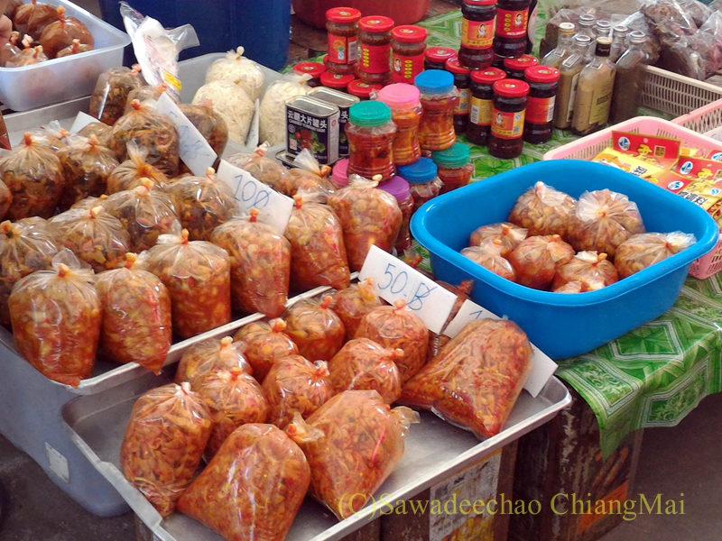 チェンマイのチンホー(隊商雲南人)金曜朝市の高菜の唐辛子漬け売り