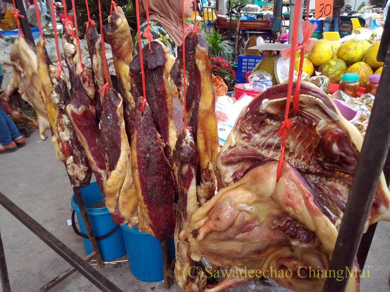 チェンマイのチンホー(隊商雲南人)金曜朝市の干し肉屋