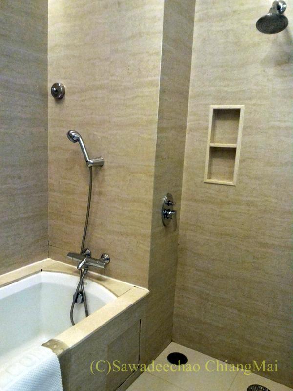 バンコクにあるジャスミンリゾートホテルのバスルーム
