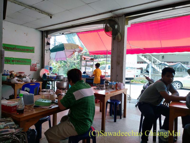 チェンマイの辛味スープ中華麺が絶品の店ティーレックの店内
