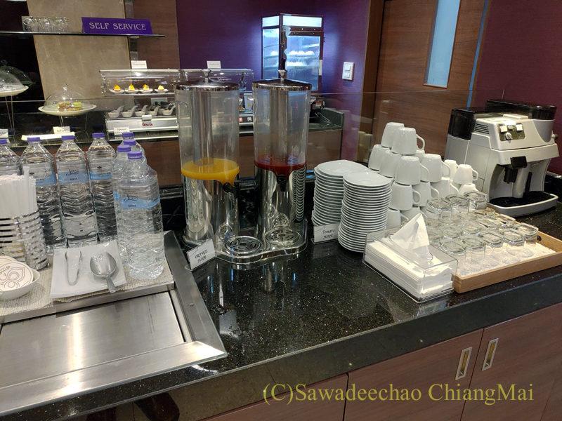 チェンマイ空港国際線ターミナルTGラウンジのジュースコーナー