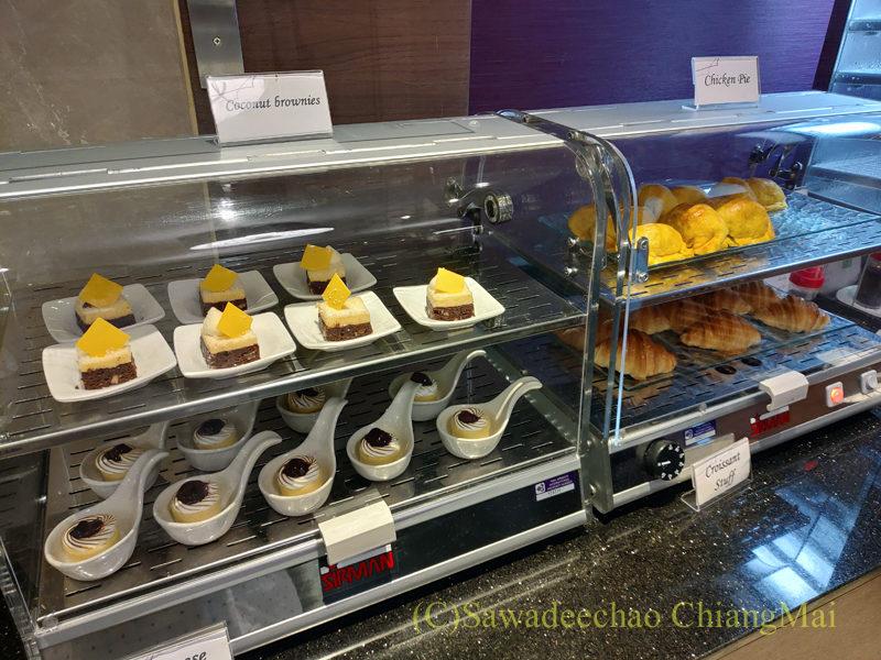 チェンマイ空港国際線ターミナルTGラウンジのケーキコーナー