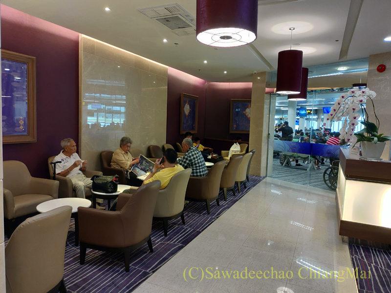 チェンマイ空港国際線ターミナルTGラウンジのチェックインカウンター前のエリア