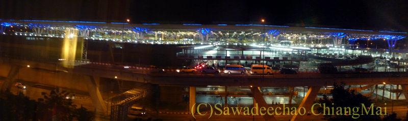 バンコクのノボテルバンコクスワンナプームエアポートホテルの部屋から見た空港ターミナル