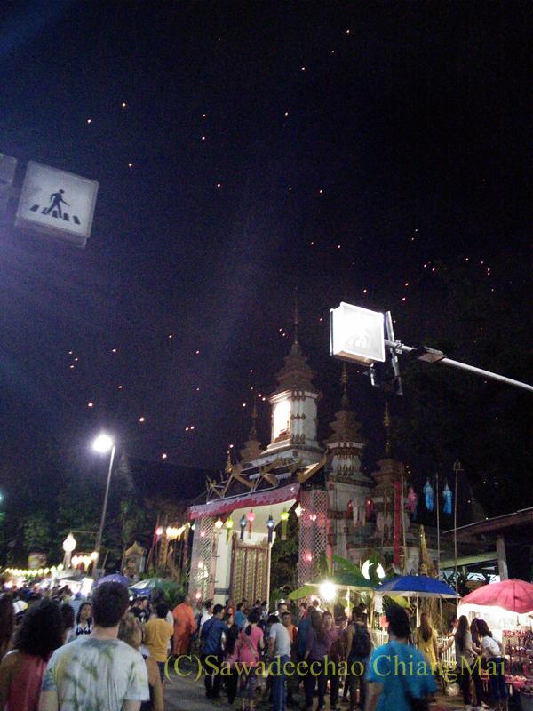 チェンマイのローイクラトン祭りの空に浮かぶ熱気球