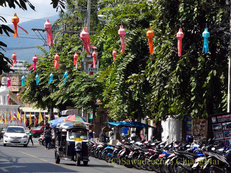 チェンマイのイーペン(ローイクラトン)祭りの道路の提灯