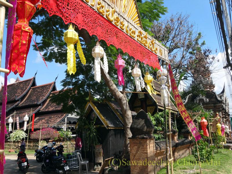 チェンマイのイーペン(ローイクラトン)祭りのワットロークモーリーの門の装飾