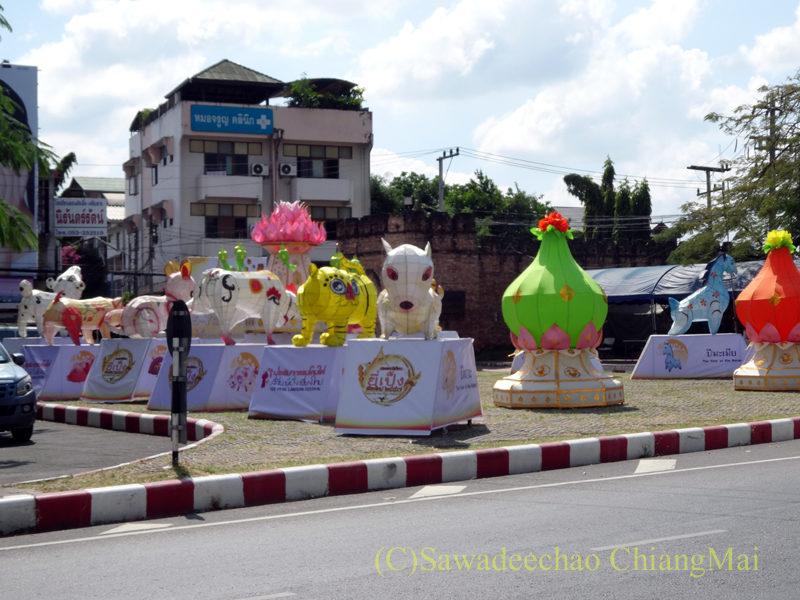 チェンマイのイーペン(ローイクラトン)祭りのチャーンプアック門の装飾