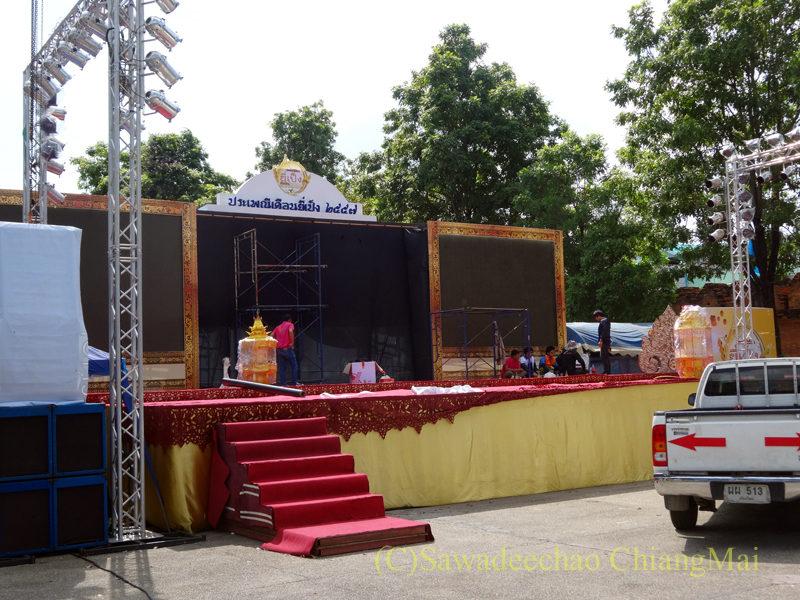 チェンマイのイーペン(ローイクラトン)祭りのターペー広場の舞台