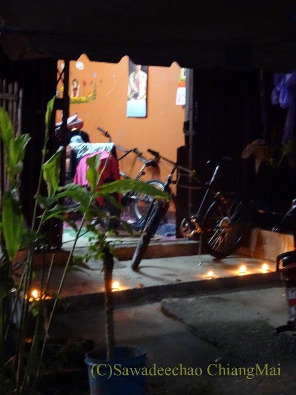 チェンマイのローイクラトン祭りで前にロウソクを灯した民家