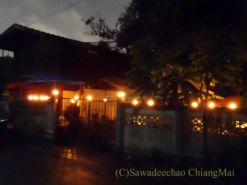 チェンマイのローイクラトン祭りで前にロウソクを灯した家