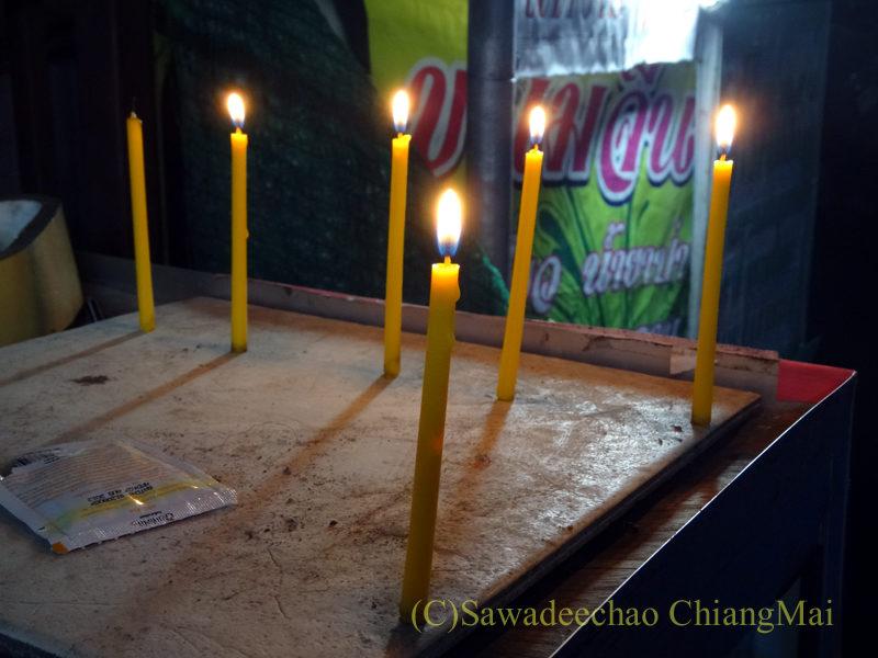 チェンマイのローイクラトン祭りで前にロウソクを灯した店