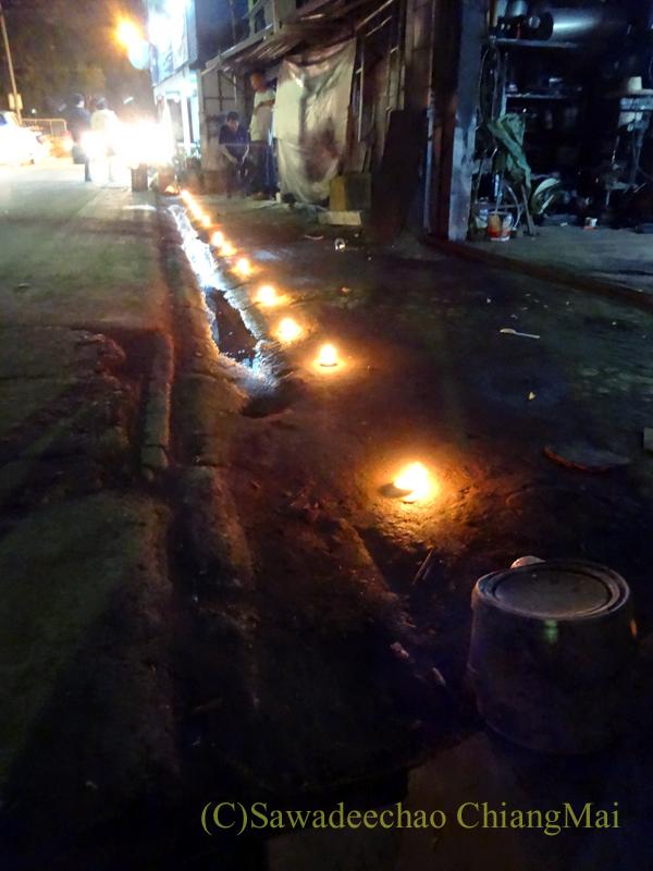 チェンマイのローイクラトン祭りでロウソクが灯された家の前の道路
