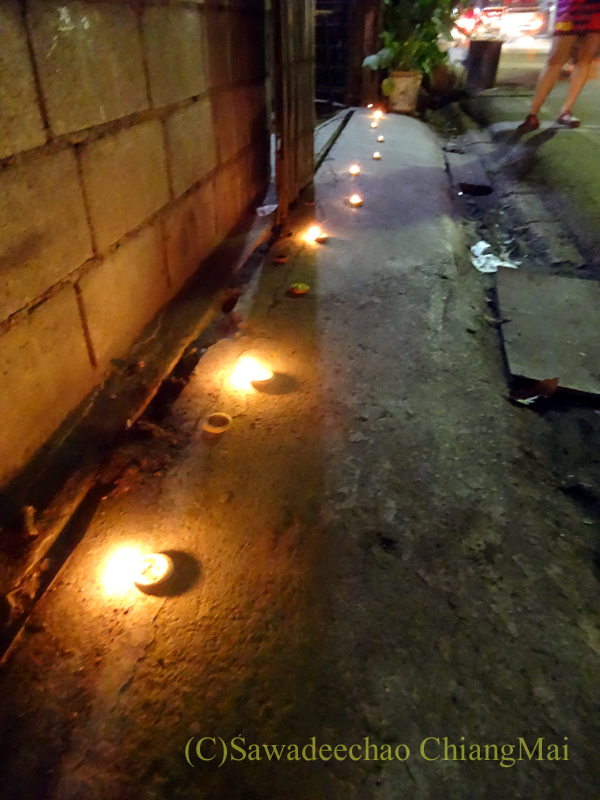 チェンマイのローイクラトン祭りでロウソクが灯された道路