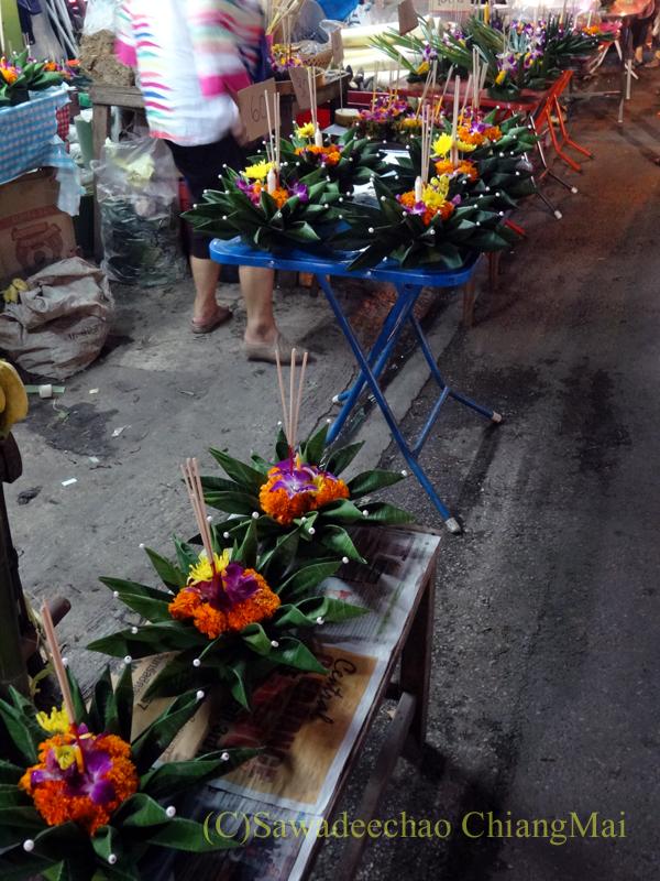チェンマイのローイクラトン祭りでの灯篭売りの屋台