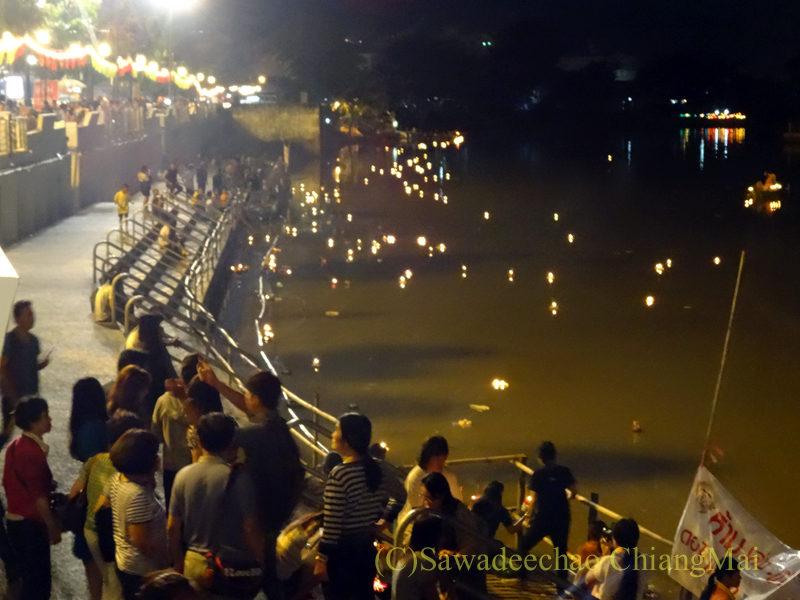 チェンマイのピン川での灯篭流し