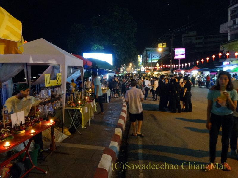 チェンマイのローイクラトン祭りでピン川沿いに並ぶ灯篭売り