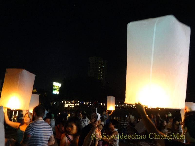 チェンマイのローイクラトン祭りで熱気球をあげる