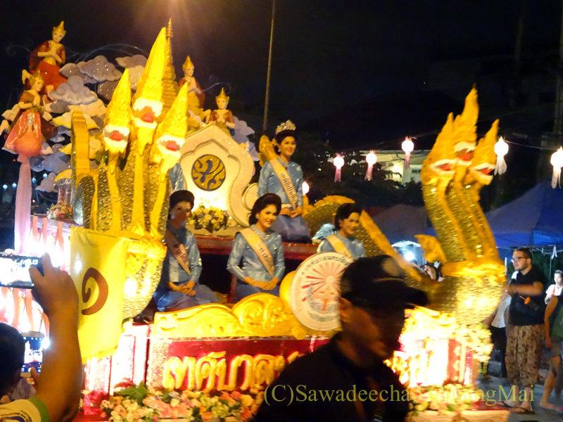 チェンマイのローイクラトン祭りの美女を乗せた山車