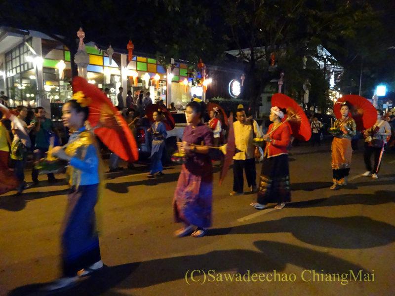 チェンマイのローイクラトン祭りの傘をさした人のパレード