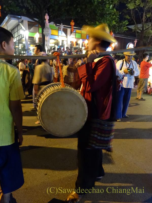 チェンマイのローイクラトン祭りの太鼓を叩きながら歩く人