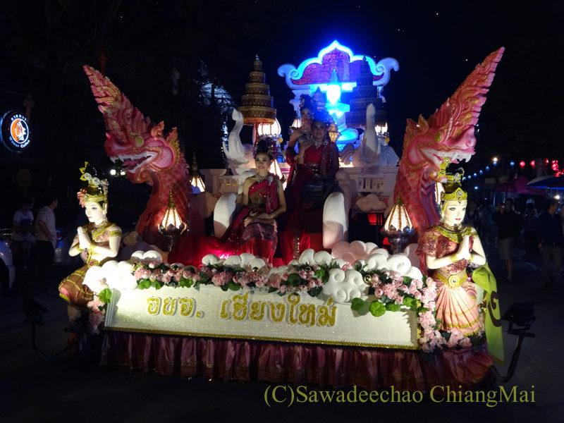 チェンマイのローイクラトン祭りのパレード