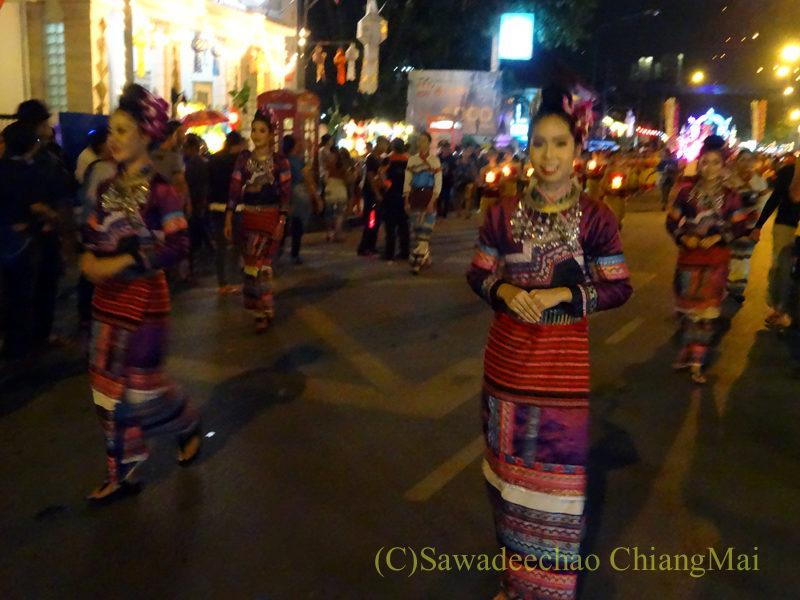 チェンマイのローイクラトン祭りの民族衣装を着た女性達