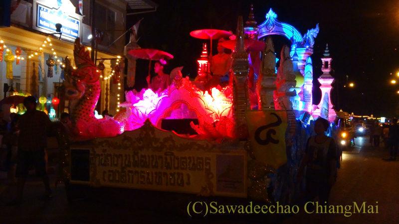 チェンマイのローイクラトン祭りの大型の山車