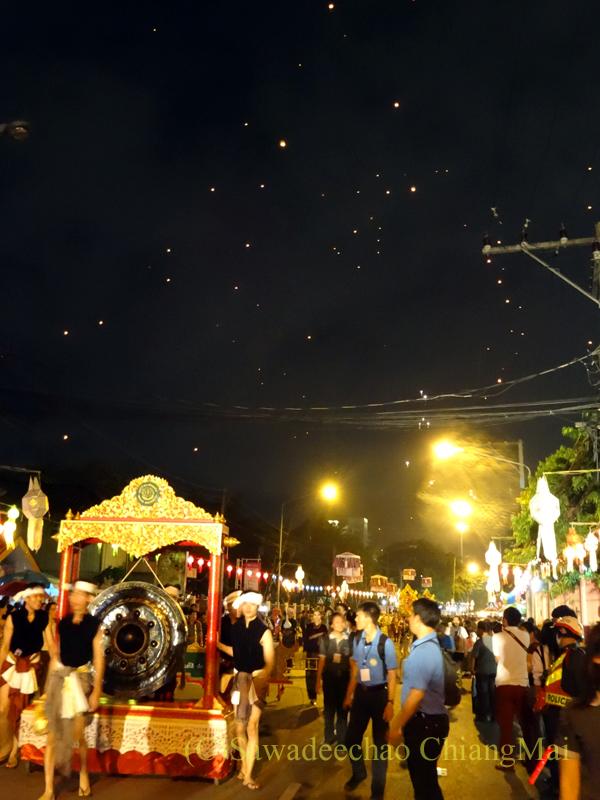 チェンマイのローイクラトン祭りのダンサーのパレードと熱気球