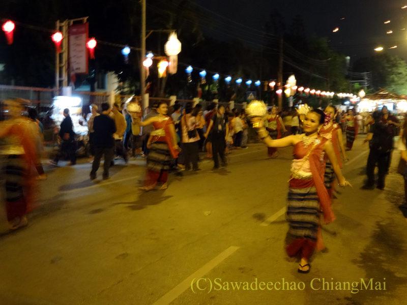 チェンマイのローイクラトン祭りのダンサーのパレード