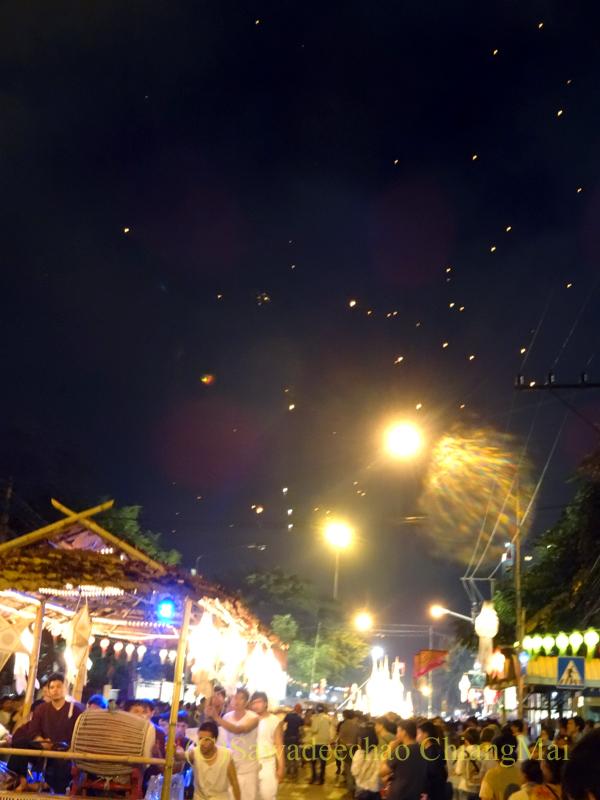 チェンマイのローイクラトン祭りのパレードとコムローイ