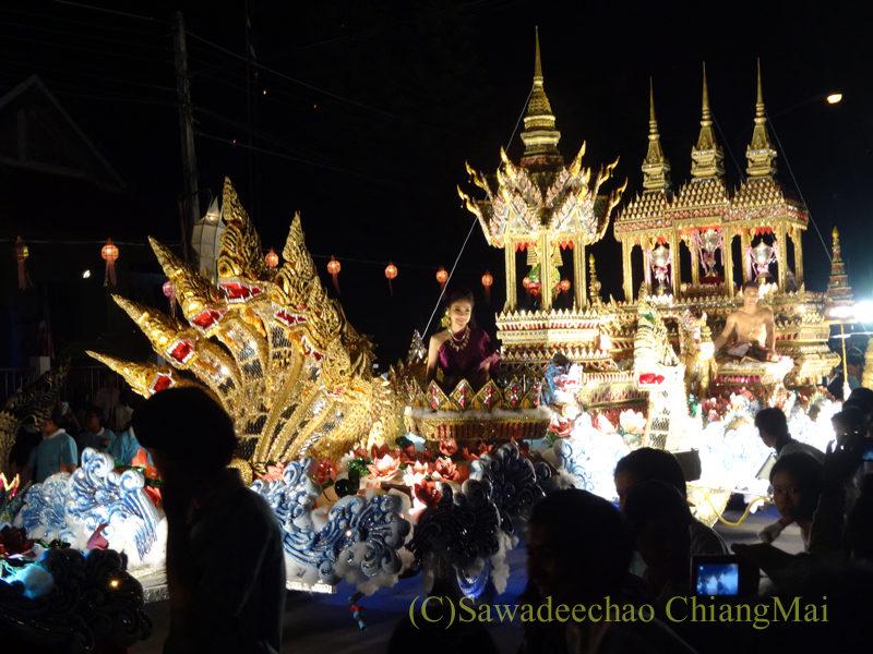 チェンマイのローイクラトン祭りの巨大な山車