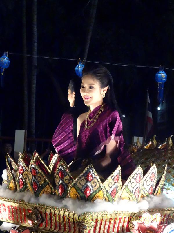 チェンマイのローイクラトン祭りの山車に乗る美女