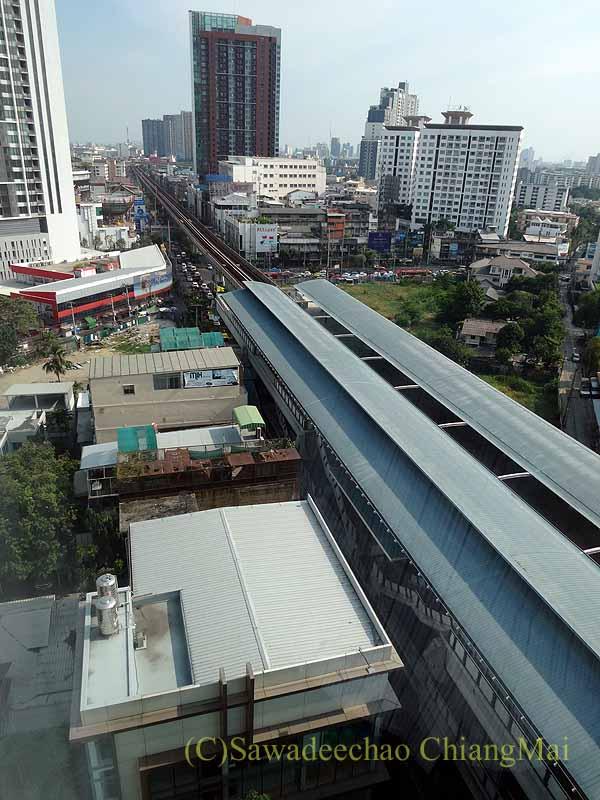 バンコクのジャスミンリゾートホテルの客室から見たBTSの駅と線路