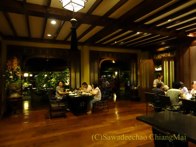 チェンマイのピン川沿いにあるレストラン、ラックターナムの屋内席