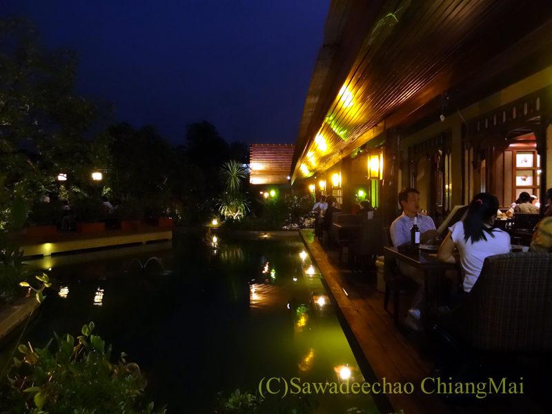 チェンマイのピン川沿いにあるレストラン、ラックターナムのテーブル席
